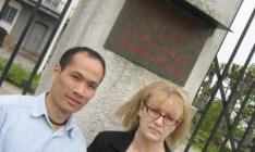 Thanh och Merit utanför Vietnams ambassad 9 okt 2007