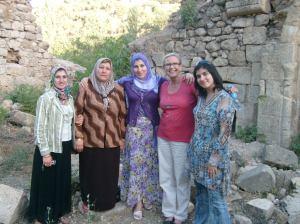 Tiina Kantol med lokala kvinnor i norra Irak