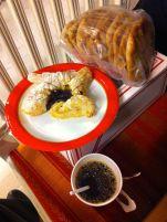 Kaffe med jultårrta och inköpta karelska piroger