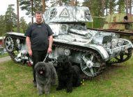 Lasse Odrup vid pansarvagn
