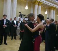 Presidentparet dansar vals